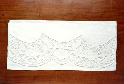 TL003 – TOALHA DE LAVABO BORDADA RICHELIEU