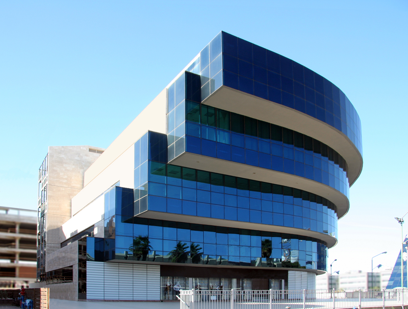 Arquitetura guirlanda confec o cama mesa e banho for Modern office building design concepts exterior