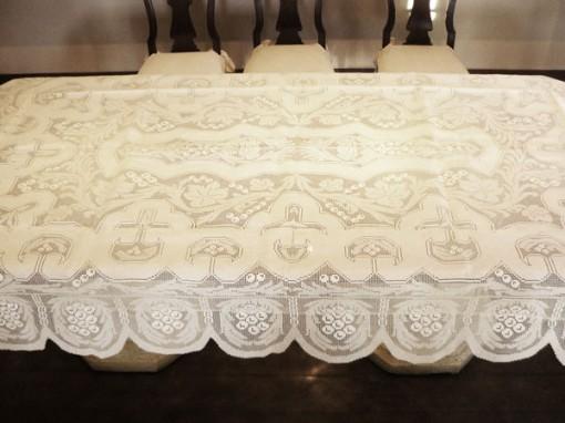 Toalha de Mesa Bordada com Crivo fabricada pela Guirlanda Decoração de Interiores